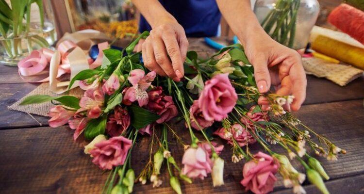 Секреты флористов: как продлить розам жизнь в комнатной вазе